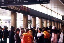 Anni 80: al carnevale di Venezia in treno / Il treno si colora con le maschere che raggiungono la città di Venezia per il famoso Carnevale (1982)