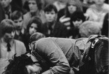 Jim Morrison (The Doors) / Il dolore è l'elemento che può ancora risvegliarci. La gente tenta di nascondere la propria sofferenza, ma è un errore grave. Il dolore è qualcosa da portarsi dietro, come una radio.