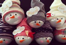 Χριστουγεννιατικες Μπάλες Ζωγραφισμένες στο χέρι / Χριστουγεννιάτικες μπάλες με προσωπικότητα! Δώστε μια τσαχπινιά στο χριστουγεννιάτικό σας δέντρο με μοναδικές μπάλες ζωγραφισμένες στο χέρι. Θέλετε κάποιο σχέδιο που να το έχετε μόνο εσείς? Θέλετε να την κάνετε δώρο και να γράφει πάνω το όνομά του? Μήπως ήρθε το νέο μέλος στην οικογένεια και θέλετε να του κάνετε την πρώτη του ονομαστική χριστουγεννιάτικη μπάλα? Πείτε το και έγινε!