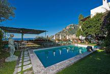 La Côte Amalfitaine / La Côte Amalfitaine est tout simplement magique grâce aux villages blottis entre les montagnes et les eaux turquoise de la Méditerranée. Découvrez nos propriétés à louer sur www.onoliving.com