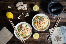 Salat Rezepte: schmackhafte Salate für alle Jahreszeiten / Salatrezepte für Fleischtiger, Vegetarier oder Traditionsbewusste. Vom Erdäpfelsalat bis zum Gurkensalat, vom Backhendlsalat bis zu exotischen und vor gesunden Varianten. Salate als Beilage, Sommersalat, Wintersalat, Superfood Salat, sättitgende Salate und Rezepte für Salate die allen schmecken.