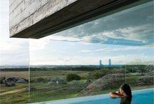 archi piscine / piscine, vacance, magnifique, détente, repos, architecture, archi, architecte, béton, concrete, rond, rectangle, carré, débordement, miroir, plage, bois, wood, végétation, nature, verre, transparent, transparence, paillote, soleil, bain de soleil,