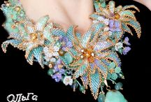 Krásný šitý šperk
