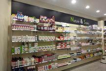 Présentoirs - linéaires / Présentoirs pour les pharmacies, les magasins d'optiques et les cliniques vétérinaires par JCD Agencement. Mobiliers standards et sur mesure, signalétique, merchandising.
