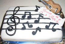 Torta musicale mud cake con ganache al cioccolato bianco e succo di frutta all'arancia