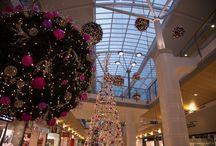 Weihnachten 2014 / Das Emmen Center ist geschmückt, funkelt und leuchtet. Auch dieses Jahr erwarten euch nicht nur bunte Kugeln und Tannengrün, sondern viele attraktive Aktivitäten. Wir halten euch unter www.facebook.com/emmencenter und unter www.emmencenter.ch auf dem Laufenden und freuen uns schon jetzt auf eine schöne Weihnachtszeit mit euch.