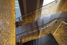 Escaliers / L'escalier. Cet élément vertical est traduit au sein des intérieurs par une respiration visuelle aujourd'hui affirmée. Il sait être discret pratiquement invisible ou s'imposer par des envolées spectaculaires. Son A.D.N. structurel et esthétique s'illustre par une maîtrise des matériaux, façonnés par une volonté aérienne. Une escalade visuelle et un confort d'ascension qui s'accompagne d'un garde-corps rampant ou juste d'une main courante qui peuvent changer la donne.