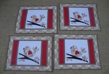 Jogos de cozinha bordados / Jogos de cozinha feitos artesanalmente com aplicações bordadas à máquina e sob encomenda.
