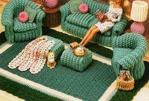 вязанная одежда и мебель для кукол