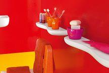 FLORAKIDS DI LAUFEN / Florakids di Laufen è fantasioso, colorato e a misura di bambino. Per questo Florakids si sviluppa attorno al lavabo a forma di fiore nei colori bianco, rosso e verde. Mensole in ceramica abbinate al lavabo e al vaso. Rossi a forma di fiore o verdi a forma di bruco, gli specchi danno una nota di colore al bagno.  Concepito per i bambini, resistente e facile da pulire. Sedili ergonomici con poggiaschiena, diametro interno a misura di bambino e sono dotati su entrambi i lati di maniglie.
