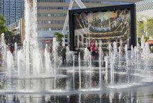 Maëstro au Quartier des spectacles / Jouez au chef d'orchestre et dirigez les jets de la grande fontaine de la place des Festivals, dans le Quartier des spectacles à Montréal, grâce à une installation interactive imaginée par la firme ATOMIC3 : #Maëstro. http://bit.ly/1WogT3f