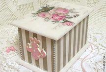 caja rayada con flores