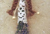 muñecas con flores secas