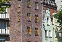 BEST WESTERN Hotel Bonum / Cały obiekt hotelowy powstał z połączenia starannie odrestaurowanych barokowych kamienic, które tworzą niepowtarzalny architektonicznie i aranżacyjnie kompleks. Wnętrza urządzono łącząc surowość ceglanych ścian z nowoczesnym designem mebli i elementów wykończeniowych, co w efekcie zapewnia niepowtarzalną atmosferę temu miejscu.