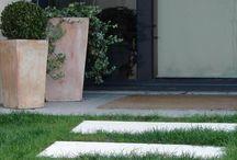Dalle pas japonais rectangulaire aspect grenaillé / Nos dalles pas japonais en pierre reconstituée possèdent une forme rectangulaire très pratique à l'usage. Elles sont plates (donc, stables et équilibrantes) et suffisamment grandes pour y poser confortablement le pied. Leur finition grenaillée les rend antidérapantes, permettant une bonne évacuation des eaux de pluie. Nos pas de jardin sont légers, faciles à poser, non-gélifs et dispensés d'entretien particulier.