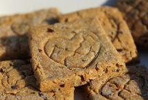 Dog biscuits/Kutyakekszek / Vet-approved, natural and healthy dog treats made by hand. Állatorvos által jóváhagyott, kézzel készült természetes és egészséges jutifalik kutyáknak. Web:cutieflower.com ; webáruház: www.cukorvirag.com