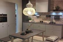 """Modne sposoby wykończenia ściany nad blatem kuchennym / Wykończenie ściany nad blatem roboczym jest """"kropką nad i"""" kuchennych aranżacji. Odpowiedni dobór materiałów i akcesoriów może nadać tej powierzchni funkcjonalny, a zarazem bardzo dekoracyjny charakter."""