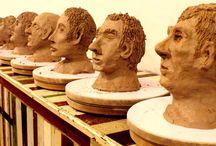 GrachtenAtelier Boetseerworkshop / Ga tijdens deze workshop aan de slag met het boetseren van elkaars hoofden of boetseer gezamenlijk een mooi kunstwerk. Het thema is geheel aan jullie om te bepalen, alles mag en alles kan. Haal voordat je start inspiratie uit de kunstwerken uit onze galerie en maak de workshop extra uniek!