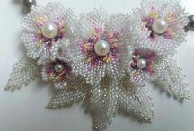 """Lant """"Favlia"""" cu flori de cires lucrat din mărgele de nisip de 2mm"""