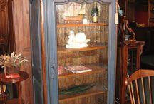 Bonnetières (coiffière) Meubles en bois / Une bonnetière est une armoire à une porte et une étagère à mi-hauteur, aussi appelée coiffière. Les bonnetières portent ce nom car elles étaient à l'origine destinées au rangement des bonnets et coiffes, que l'on posait sur une tête de bois dite marotte ou sidonie.