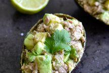 Tonijn Avocado schuitjes / Tonijn, avocado, olijfolie, peterselie, dressing, limoen in leeg half avocadoschuitje