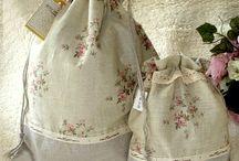 Kit De Bolsas Multi-Uso / O Kit contém 2 bolsas: - 1 bolsa Tamanho 30cm x 40cm - 1 bolsa Tamanho 19cm x 25cm  Tecido: algodão e linho Peça reforçada Ótimo acabamento Forrada por tecido 100% algodão. Decorada com rendas de algodão.