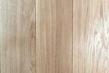 L.Kożuchowski. Deska podłogowa dąb, klasa I. PRODUCENT / Firma KOŻUCHOWSKI wprowadziła na Polski rynek sprzedaż gotowej podłogi. Nasza firma produkuje: parkiet, deskę podłogową. Na życzenie klienta istnieje możliwość wykonania podłogi na gotowo.  Wykonujemy fazowanie, szczotkowanie, lakierowanie, olejowanie, bejcowanie.