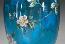 """vázy a podobné (+ art déco II: vázy) / vázy = jakékoli nádoby, do nichž je možné dát jakékoli rostliny (živé i suché, event. i něco jiného) a uspořádat celek tak, aby působil esteticky (nádoby původně nemusí být určeny jako vázy) - některé """"vázy"""" mohou být spíše uměleckými objekty samy o sobě (někdy se dá z fotografie jen velmi obtížně rozhodnout, zda jde alespoň teoreticky o funkční vázu, nebo je to vysloveně umělecká záležitost s např. uzavřeným hrdlem - VIZ Artové sklo na principu tvaru vázy)"""