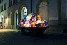 Luzinterruptus / colectivo artístico anónimo que lleva a cabo intervenciones urbanas en espacios públicos. Utilizan la luz como materia prima. Empiezan a actuar en las calles de Madrid a finales del 2008.