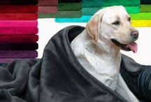 Hundedecken / Kuschelweiche und pflegeleichte Hundedecken zählen zur Grundausstattung für jeden Hund. Sie ergänzen das Hundebett, das heimische Sofa oder den Autositz mit zusätzlichem Komfort. So ist unsere Plüsch-Hundedecke LILLY in Größe und Farbe überall ideal kombinierbar.