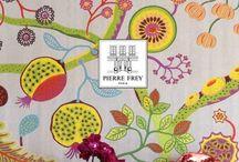 Pierre Frey Tapeten / Die Tapetenkollektionen des Luxus-Designhauses Pierre Frey tragen den Geist von Paris in sich. Zu diesem Geist gehört, dass das 1935 in der französischen Hauptstadt gegründete Familienunternehmen stets engen Kontakt zu Künstlerinnen und Künstlern pflegt. Sie entwerfen regelmäßig für Pierre Frey jene expressiven Kollektionen, die uns immer wieder beeindrucken. Eine eigene Produktion in Frankreich sorgt für die enge Verzahnung von Design und Handwerk und höchste Qualität.