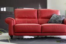 Sofás Rojos / Nos apasiona este color para el tapizado de un sofá, ya sea en piel o en tela. Si tienes un salón aburrido, pon un sofá, sillón o chaiselongue rojo en él y tendrás colorido asegurado.