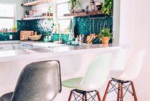hokery / Kuchnie z barami lub wyspami i półwyspami stają się coraz popularniejsze. Ich nieodłącznym elementem są hokery, czyli wysokie, barowe krzesła. Od ciebie zależy, czy dopasujesz je do wystroju kuchni, czy wybierzesz rozwiązania kontrastujące. Wśród naszych pomysłów znajdziesz hokery masywne z oparciami i obiciami, surowe i minimalistyczne oraz składane lub przytwierdzone do baru siedziska. Takie krzesełka z łatwością schowasz lub zasuniesz, oszczędzając sporo miejsca. Zobacz, jak mogą wyglądać!