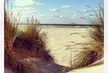 Zeeuwse stranden / Het schoonste strand van Nederland, en uiteraard ook één van de mooiste stranden, is het Banjaardstrand. Het Banjaardstrand is ruim drie kilometer lang en op sommige plaatsen zelfs 500 m breed. U kunt er heerlijk uitwaaien en urenlange wandelingen maken tot aan Domburg.