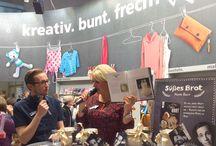 """Live von der Frankfurter Buchmesse 2016! / Vom 19.-23. Oktober 2016 informierte der frechverlag auf der Frankfurter Buchmesse über neue Ideen für Deine nächsten Kreativprojekte. Unter dem Motto """"kreativ. bunt. frech!"""" gab es rund um die Uhr einfache DIY-Ideen zum Selbermachen zu entdecken. Wir stellen Dir hier ab sofort unsere AutorInnen vor, die wir live vor Ort getroffen und zu ihren Büchern befragt haben."""