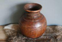 Nepalese potten / Oude potten uit India en omstreken. Werden vroeger gebruikt om voorraad in te bewaren. Zoals water en rijst. Combineer een aantal oude potten bij elkaar voor een verrassend effect.