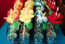 Fête d'anniversaire enfant Thème Hawaï / Pour l'anniversaire de votre enfant, Evadez-vous le temps d'une fête, sur la plage d'Hawaï, afin de faire voyager vos invités sous le soleil  ! Décorez les lieux et recréez une ambiance fête Hawaïenne,  jupe Hawaïenne, colliers de fleur, chapeau de paille, lunette de soleil... Vous aurez l'impression d'être partie en vacance le temps d'une fête !