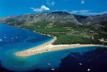 Horvátország - Brac sziget / Brac sziget - Bol - Aranyszarv part - Ez a kis nyúlvány tulajdonképpen egy kavicsos földnyelv, amelyet a tengeri áramlatok formálnak még ma is. Ez a kis nyúlvány Dalmácia legnépszerûbb strandja.