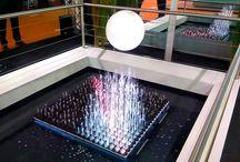3D KINEMATRIX / Eine Entwicklung von MKT AG und HB-Laserkomponenten GmbH. Gemeinsam haben wir uns das Ziel gesetzt, aus den Einzelprodukten 3D HydroMatrix und Kinetik etwas Einzigartiges zu erschaffen. Eine lebendige und schwerelos wirkende 3D Skulptur aus Wasser, Licht und Bewegung. 3D HydroMatrix-Module mit je 10 Düsen und 10 RGBW LEDs beinhalten alle zur Wasser und Licht Inszenierung notwendigen Komponenten. Die Module können, auf das jeweilige Projekt angepasst und in beliebiger Form angeordnet werden.