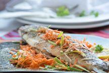 Fisch Rezepte / Fischrezepte müssen frisch zubereitet werden und sollten mindestens einmal die Woche auf dem Speiseplan stehen. Sie sind reich an Omega-3-Fettsäuren, Eiweiß und Vitamine. Vor allem fetter Fisch wie Makrelen, Hering, Tunfisch und Lachs stehen ganz oben auf der Ernährungspyramide und eigenen sich ideal für köstliche Fischgerichte.