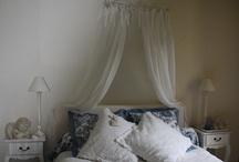 Chambre bleue Le Coteau de Belpech / La chambre du bonheur...7 lettres inscrites partout comme une invitation au romantisme, vous vous sentirez bien au creux de couleurs douces, protégés par l'ange niché dans la rosace d'époque