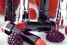 Rote Lippen soll man küssen... / …heisst es doch. Weil sie soooo schön sind. Und zum Glück hat Rot viele kleine Schwestern: die Orangetöne, die Rosénuancen, die Beerenfarben … Da findet jede Lippenstift-Liebhaberin den richtigen Ton. Henrike, Sabrina und Yvonne haben die neue dm-Marke TREND IT UP im Allee-Center entdeckt. Super! Denn die Make-up-Designer haben sich von internationalen Fashion- und Beautytrends inspirieren lassen. So sind die TREND IT UP-Lippenstifte ebenso wie die Lacke immer UP TO DATE.