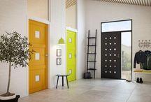 Indvendige døre / Indvendige udgør en væsentlig del af husets stil. Når du vælger nye døre bør du vælge et design som matcher stilen dit hjem. Vores døre kan så meget mere end blot lukke et hul i væggen. Swedoors brede sortiment giver næsten uendelige muligheder for at kombinere forskellige former og farver med forskellige overflader, fyldninger, glas og karmløsninger. Du kan få døre med lyddæmpende egenskaber, skydedørsløsninger og forskellige dobbeltdører.