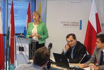 PE: zaufanie i (nie)wiedza / Siedmiu na 10 Polaków nie zna nazwiska nawet jednego europosła, większość nie wie jak wybiera się Parlament Europejski – to wynik najnowszego badania przeprowadzonego przez Instytut Spraw Publicznych. Raport, który powstał dzięki wsparciu Przedstawicielstwa KE w Polsce oraz Ministerstwa Spraw Zagranicznych, wskazuje na olbrzymie dysproporcje pomiędzy wciąż wysokim zaufaniem Polaków od UE, a niewielką wiedzą na temat jej najważniejszych instytucji.