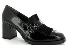 Trend: Lakleer / Wie denkt dat lakleren schoenen alleen voor de kleintjes onder ons zijn, think again! Ook voor volwassenen zijn er nu lakleren schoenen. Lakschoenen geven je outfit net die extra chique touch en maken je net wat unieker en opvallender. Ook niet geheel onbelangrijk, deze schoenen zijn heel gemakkelijk schoon te houden. So ladies, let it shine!  Onze collectie bestaat uit lakleren enkellaarsjes, loafers, pumps en (halfhoge) enkellaarsjes