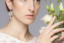 Spitzen-Brautschmuck aus Silber / Der romantisch verträumte Schmuck von Brigitte Adolph ist wie gemacht für Prinzessinnen. Schneeweißes Silber wirkt wie fein gesponnene Spitze. Angereichert mit zarten Bergkristallen, funkelnden Brillanten und wertvollen Süßwasserperlen vervollständigen die Schmuckstücke jedes Brautoutfit. Märchenhafter Schmuck für einen märchenhaften Tag.