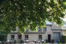 Designhotel Chez Odette / Designhotel in de Franse Ardennen, net over de grens met Belgie. Met een zwarte hotel variant en een compleet wit vakantieverblijf. / by Bijzonder Plekje