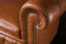 Divano Chesterfield capitonnè / Questo divano Chesterfield capitonnè lo produciamo completamente a mano con telaio in legno massello e seduta a molle biconiche in acciaio. I piedi frontali hanno ruote in ottone piroettanti mentre i piedi sul retro sono in legno massello. Prodotto da noi con tradizionale lavorazione capitonnè lo possiamo fare con qualsiasi tipo di rivestimento: pelle pieno fiore, ecopelle, velluto o tessuto. E' un divano chester che produciamo anche su misura e in versione divano letto