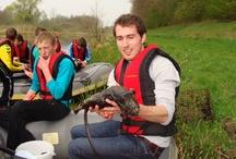 Leren en Beleven / Waterschap Rijn en IJssel hecht veel belang aan educatie. We vinden het belangrijk om jong en oud bewust te maken van goed waterbeheer. Water is ook leuk, water is plezier!