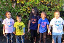 Dziecięce Kaszubskie Koszuki / Dzieciaczki w Kaszubskich koszulkach!!! Koszulka dziecięca kaszubskie kwiaty rożowa Gramatura 160G/M2 100% bawełna - miękki, elastyczny bardzo przyjemny w dotyku materiał. Rozmiar: 104 cm, 116 cm, 128 cm, 140 cm, 152 cm